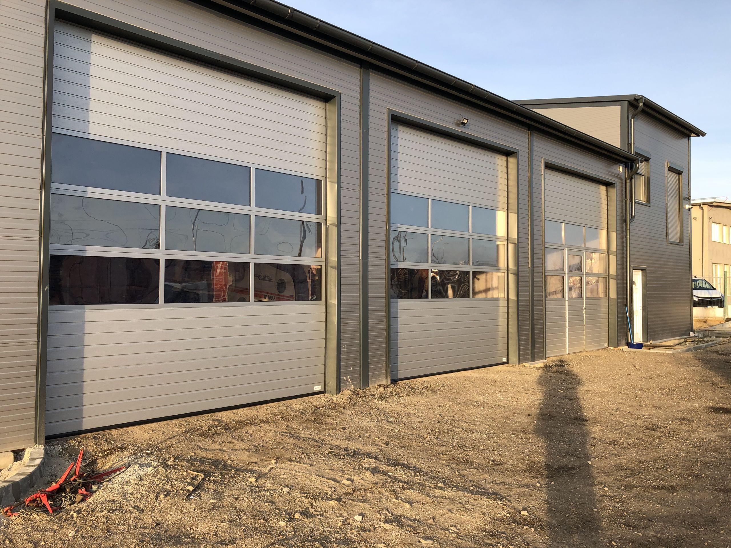 HT-Kapu - Alutech ipari szekcionált kapu ablakkal